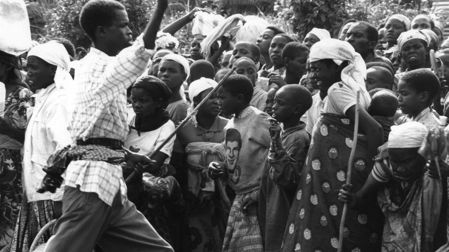 visiteurs-a-la-prison-de-butare-1-1994
